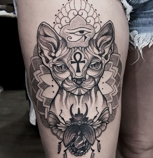 diseño de tatuaje egipcio pierna