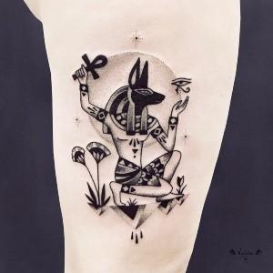 tatuajes egipcios en la pierna