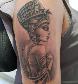 tatu de cleopatra en el brazo
