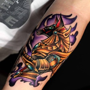 Tatuaje de anubis a color