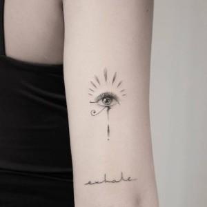 tatuaje femenino de ojo de horus