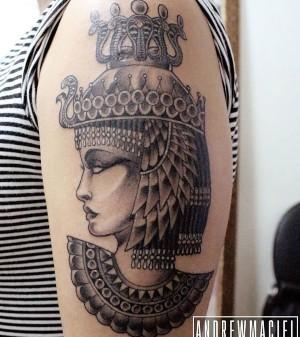 tatuaje en el brazo de cleopatra