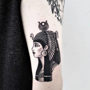 tattoo de cleopatra en el brazo