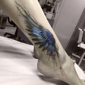 tatuaje de ala en la pierna