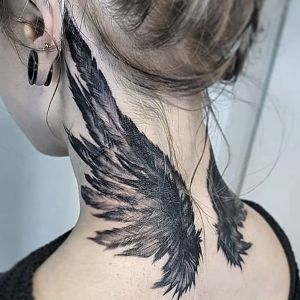 tatuaje de alas en el cuello