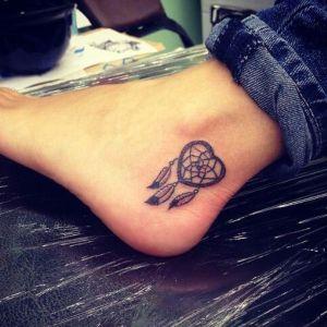tatuaje de atrapasueños en el pie