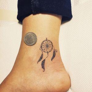 tatuaje de atrapasueños en el tobillo