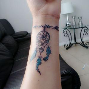tatuaje de atrapsueños en la muñeca