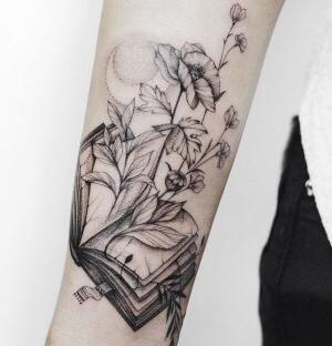 bonito tatuaje para mujer en el brazo