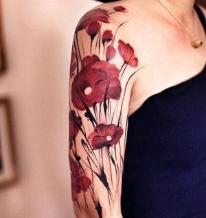 tattoo de flores para mujer en el brazo