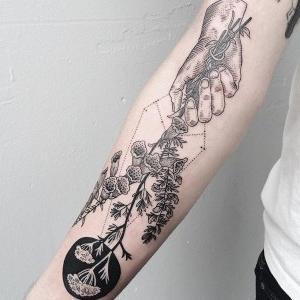 tatu para mujer en brazo