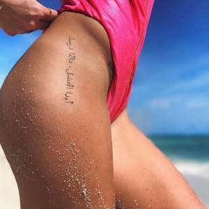 tatuaje letras para mujer en la cadera