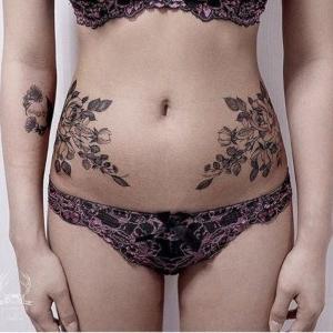 tatuajes de flores en las caderas