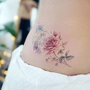 tatuajes delicados en la cadera
