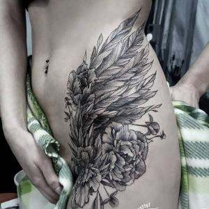 tatuajes femeninos en la cadera