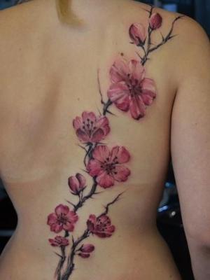 tatu de flor de cerezo para mujeres