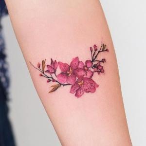 tatuaje para mujeres de flor cerezo