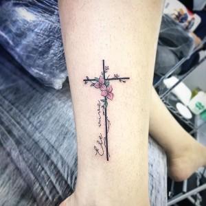 bonito tatuaje de cruz para mujer