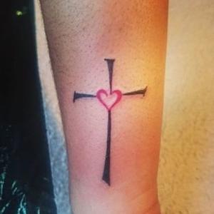 tatuaje de cruz y corazon