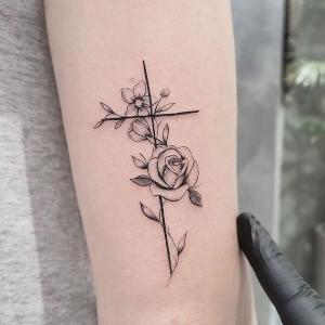 tatuaje de cruz y flores
