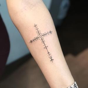 tatuaje para mujer de cruz en el brazo