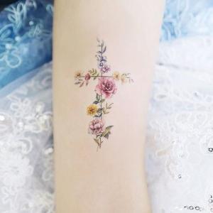 tatuajes femeninos de cruces