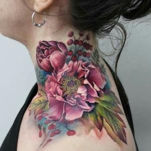 tatuaje a color en el cuello