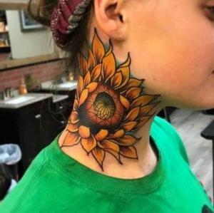 tatuaje de girasol en el cuello