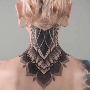 tatuajes geometricos en el cuello