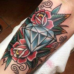 tatuaje de diamante y rosas