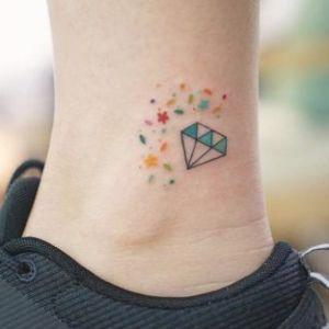 tatuaje en el tobillo de diamante