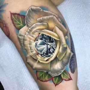tatuaje realista de rosa diamante