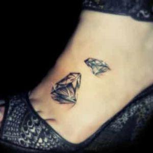 tatuajes de diamantes en el pie