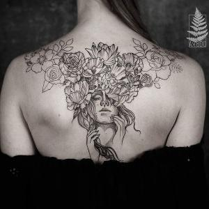 diseño  de tatuaje en la espalda para mujer