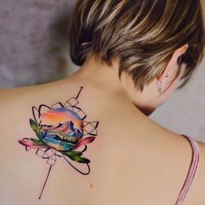 hermoso tatuaje para mujer en la espalda
