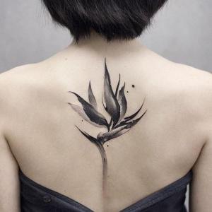 los tatuajes mas finos para mujeres en la espalda