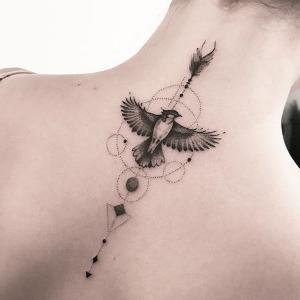 tattoo en la espalda para mujeres