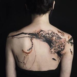 tatuaje de leopardo en  la espalda para mujer