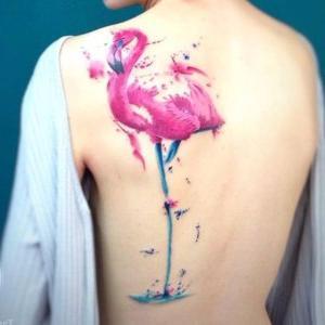 tatuaje en la espalda de flamenco