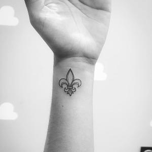 mini tatuaje de flor de lis