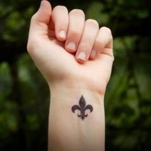 tatuaje en la muñeca de flor de lis