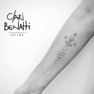 tatuaje fino de flor de lis