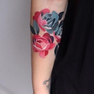 tattoo de flores en brazo