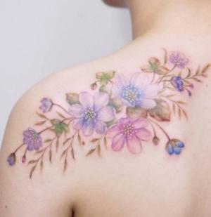 tattoo delicado de flores para mujeres