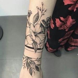 tatuaje de flores en el brazo para mujer