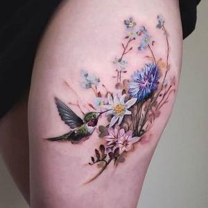 tatuaje de flores y colibri