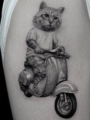 tatuaje de gato en moto