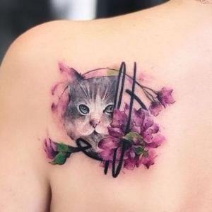 tatuaje en la espalda de gato