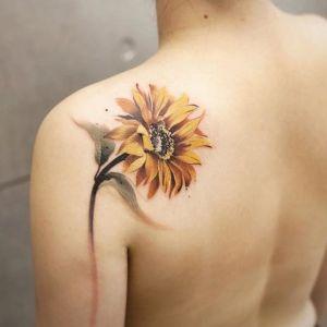 tatuaje de girasol en la espalda