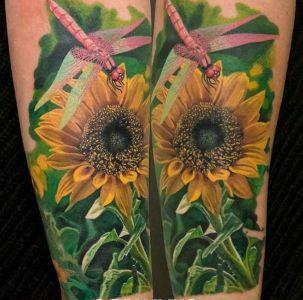tatuaje de girasol y libelula